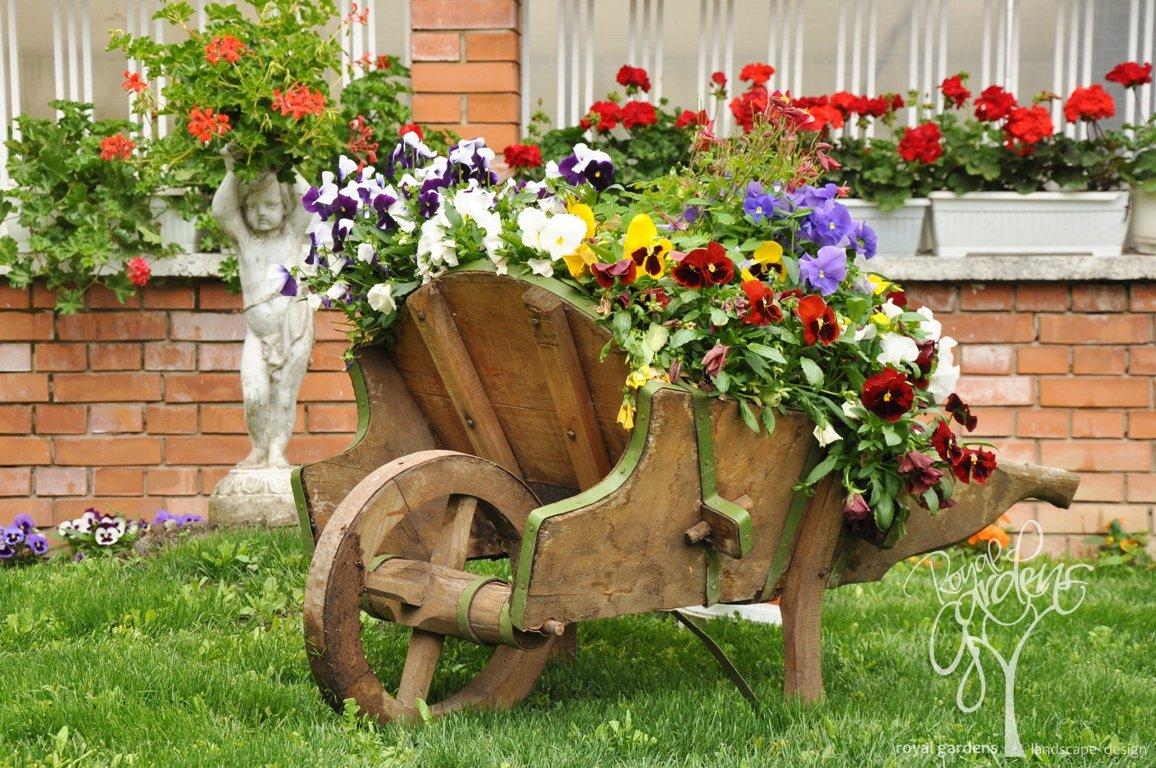 Дизайн садовой тачки с цветами